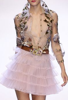 How to make couture young: Valentino Fashion Details, Love Fashion, High Fashion, Fashion Show, Fashion Design, Couture Details, Vestidos Valentino, Valentino Dress, Valentino Paris