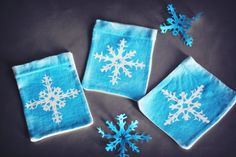 Freezer Paper Snowflake Gift Pouches #DIY homemade christmas and holiday gift bags