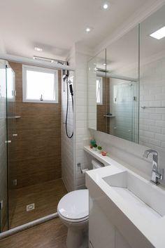 Azulejo Metrô White Eliane Revestimentos no banheiro projetado por Arquitetura O Cubo. Serene Bathroom, White Bathroom, Bathroom Interior, Modern Bathroom, Mirror Bathroom, Contemporary Bathroom Designs, Bathroom Design Small, Bathroom Layout, Small Bathtub