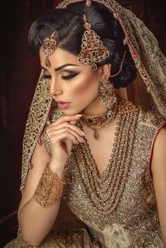 Check these elegant nose pins for the bride and make her look more gorgeous. These bridal naths include maharashtran nath , kundan nath, gharwali nath and many more. Pakistani Bridal Makeup, Indian Wedding Makeup, Asian Bridal Makeup, Indian Bridal Fashion, Indian Wedding Outfits, Pakistani Jewelry, Indian Bridal Hair, Asian Bridal Jewellery, Indian Makeup