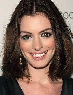 Anne Hathaway contornou os olhos com lápis, passou várias camadas de rímel e deu brilho ao olhar com iluminador no canto interno!