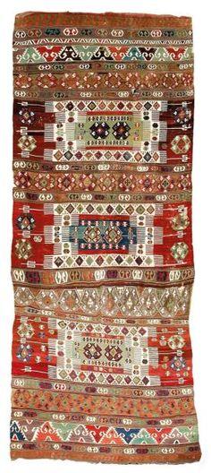 ANCIEN KILIM D'ANATOLIE Kilim de Mosquée d'Anatolie, Turquie fabriqué en laine sur une fondation de laine.Décor d'une grande puissance avec trois grands motifs de double mihrab à encadrement blanc ornés de deux motifs de cinq losanges imbriqués sur un fond vert. Usures. En l'état. An antique Anatolian kilim Seconde moitié du XIXe siècle 492 x 186 cm