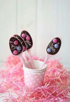 Cucharas de chocolate (Chocolate Spoons): What a great idea and fun project to make with the kids! Chocolate Spoons, Hot Chocolate, Easter Chocolate, Delicious Chocolate, Chocolate Covered, Party Treats, Holiday Treats, Little Presents, Cute Food