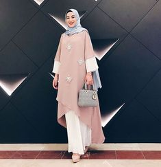 28 trendige Mode-Stil Frauen Hijab Maxi Kleider Source by The post 28 trendige Mode-Stil Fr Abaya Fashion, Modest Fashion, Trendy Fashion, Fashion Dresses, Womens Fashion, Hijab Outfit, Hijab Dress, Abaya Mode, Hijab Mode