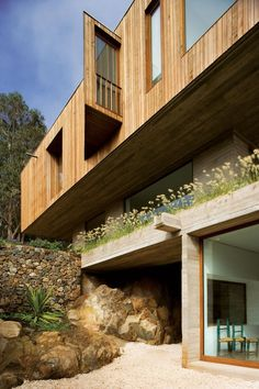 Casa El Pangue is a wood-cladded dwelling by Elton+Leniz Arquitectos Asociados, sited on a steep slope facing the ocean in a rural area of El Pangue, Chile. Residential Architecture, Contemporary Architecture, Art And Architecture, Container Architecture, Interior Exterior, Exterior Design, Hillside House, Villa, Timber Cladding