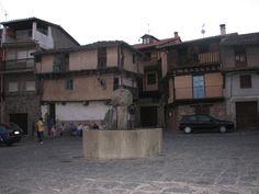 Plaza mayor de Garganta la Olla con el pilón en el centro, la fuente que ha saciado la sed de los garganteños y de los visitantes durante cientos de años. A ella se suben los mozos en las fiestas del pueblo cuando sueltan a un toro por el pueblo.
