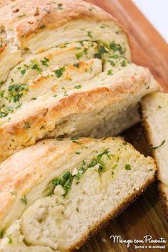 Receita de Pão de Alho e Manteiga - Caseiro, perfeito para o churrasco de domingo. Para ver a receita, clique na imagem para ir ao Manga com Pimenta.