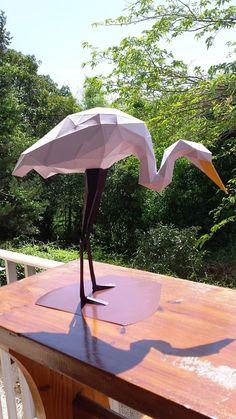 Sculpture d'animal fait en papier HERON BLANC DIY hand craft. SculPaper a conçu un héron en papier à assembler à la main pour votre décoration intérieure. La sculpture en papier 160 grammes peut être personnalisée avec les couleurs de votre choix. Vous pouvez choissir jusquà 3