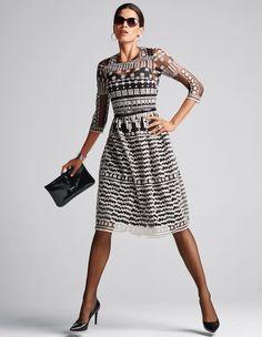 Wow: Kontrastdesign, feinen Transparenz und liebevolle Stickerei machen dieses Kleid zu einem Hingucker.