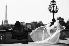 Elégance du mouvement, Pont Alexandre III sous le regard de la Tour Eiffel. #mariage #paris