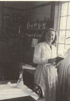 Sara Borrell (1917) Destacada por sus trabajos pioneros sobre análisis y metabolismo de hormonas esteroides, sus capacidades investigadoras y su trayectoria académica como una de las primeras expertas españolas en el metabolismo hormonal.