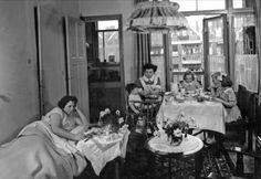 Interessante geschiedenis van de werkende vrouw - Eva Vriend schreef een interessant boek over de werkende vrouw na de Tweede Wereldoorlog. Ongetrouwde vrouwen gingen massaal werken als gezinsverzorgster