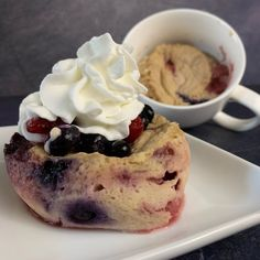 Want pancakes in a hurry? This cherry berry mug pancake has 27 grams of protein, only 257 calories, and is ready in 5 minutes! Breakfast Toast, Breakfast Bowls, Best Breakfast, Yogurt Breakfast, Baked Pancakes, Pancakes Easy, Oatmeal Cupcakes, Protein Oatmeal, Breakfast Crockpot Recipes