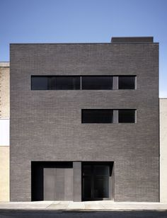 Image 1 of 4 from gallery of Gladstone Gallery Street / Selldorf Architects. Photograph by Nikolas Koenig Architecture Design, Facade Design, Residential Architecture, Beautiful Architecture, New York Galleries, Brick Facade, Brick Building, Building Exterior, Brick And Stone