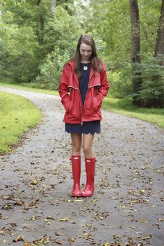 Red Hunter Boots, Hunter Boots Outfit, Hunter Rain Boots, Ladies Wellies, Girl In Rain, Red Raincoat, Plastic Raincoat, Timberland Style, Timberland Fashion