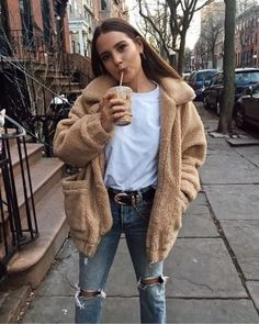 Teddy Bear jacket over white tee ad knee ripped jeans, fall/winter outfit, casual Summer Work Outfits, Trendy Outfits, Cute Outfits, Outfits 2016, Sweater Outfits, Cold Weather Outfits For School, Spring Outfits, Hipster Girl Outfits, Rainy Day Outfit For School