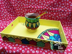 Kit mate y bandeja pintadas y dibujadas a mano.  El kit incluye bombilla .  Diseños Únicos Painted Trays, Painted Pots, Diy Furniture Making, Star Coloring Pages, Diy Diwali Decorations, Posca Art, Diwali Diy, Decoupage Art, Wooden Decor