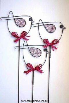 Amazing Diy Wire Art Ideas Wire art: These birds would look fabulous in my flower garden!Wire art: These birds would look fabulous in my flower garden! Wire Crafts, Metal Crafts, Diy And Crafts, Wire Hanger Crafts, Sculptures Sur Fil, Wire Sculptures, Diy Para A Casa, Wire Ornaments, Wire Flowers