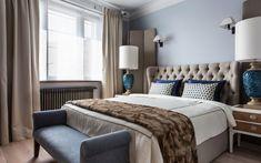 <p>Автор проекта: I.D. Interior Design</p> <p>Большая кровать с высокой капитонированной спинкой, боковые тумбочки с эффектными лампами, элегантная банкетка у подножья. Их вид говорит о том, что нео классика и ар-деко по-прежнему актуальны.</p>