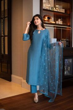 Simple Kurti Designs, Kurta Designs Women, Kurti Neck Designs, Kurti Designs Party Wear, Churidar Designs, Indian Fashion Dresses, Dress Indian Style, Indian Designer Outfits, Designer Dresses