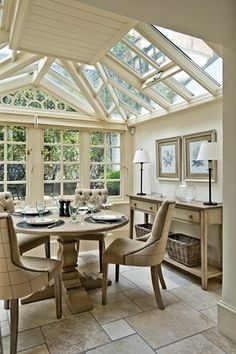 Glass roof in the traditional dining room Conservatory Dining Room, Sunroom Dining, Conservatory Design, Small Conservatory, Dining Area, Kitchen Dining, London Townhouse, Glass Room, House Roof