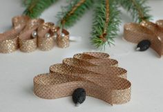 Essential oil diffuser ornament - homemade ribbon christmas tree ornament you can use to diffuse your essential oils on your Christmas tree! #essentialoildiffuserornaments #essentialoilsdiffuserrecipes #younglivingessentialoilsdiffuser #essentialoilblendsfordiffuser #christmasornamentprojects #christmasornamentdecor #christmasornaments