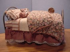 Tutorial - miniature bedding Z Dollhouse Miniature Tutorials, Miniature Quilts, Miniature Rooms, Miniature Crafts, Miniature Houses, Miniature Furniture, Dollhouse Furniture, Dollhouse Miniatures, Dollhouse Ideas