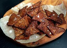 De her lækre og sprøde rugbrødschips med havsalt og hvidløg er super nemme at lave selv - perfekte som snacks, til dip eller på et ostebord.