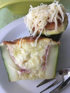 Cuketu rozkrojíme na 4 špalíčky cca 7 cm, vložíme do vody a 5 minut povaříme. Vnitřek vydlabeme lžící, dno necháme.Do misky dáme vydlabaný... Zucchini, Cabbage, Food And Drink, Low Carb, Vegetarian, Vegetables, Recipes, Fitness, Recipe