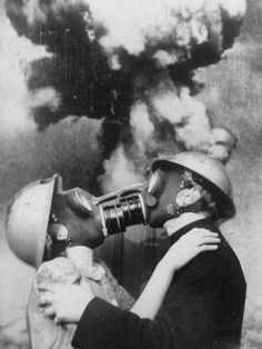 Final Kiss surreal nuclear apocalypse vintage portrait photo freaky , odd and very cool , the next big thing in romantic alternative wedding photos perhaps ? Gas Mask Art, Masks Art, Gas Masks, Urbane Kunst, Collage Art, Vintage Photos, Vintage Halloween Photos, Art Photography, Photography Classes