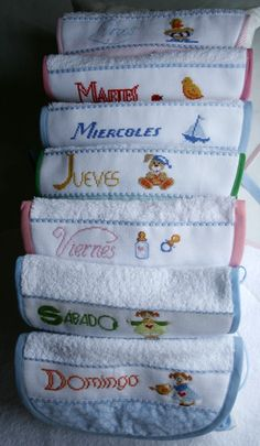 Baberos en toalla de rizo para todos los días de la semana. Pack de siete con bordados diferentes Personalized Gifts For Kids, Cross Stitch Baby, Welcome Baby, Baby Sewing, Baby Bibs, Machine Embroidery, Embroidery Ideas, Crafts To Make, Baby Shower
