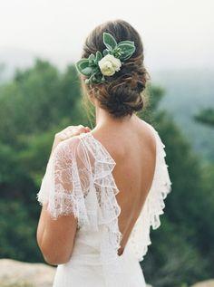This bridal look is so elegant.