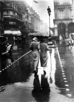 Promeneuses sous la pluie. 1934. Photographe inconnu.
