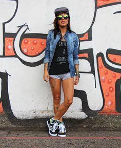 Soraia Marx, do blog Mistureba Chic, usando um look incrível com pegada esportiva: Boné + Óculos + Camisa Jeans +Short + Tênis