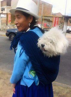Ella de paseo con su perrito