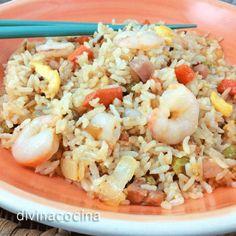 Para hacer un arroz tres delicias chino en pocos minutos salteamos en aceite la cebolla picada fina con los taquitos de york, los guisantes y los ingredientes que usemos. Mientras tanto cuajamos la tortilla en otra sartén.