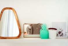 chambre_style_californien_papier_peint_cactus-11 Style Californien, Deco Cool, Style Vintage, Cactus, Mirror, Table, Furniture, Home Decor, Wallpaper