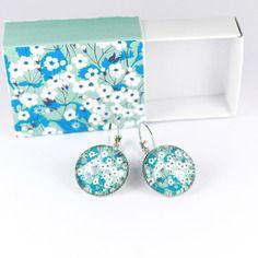 Boucles d'oreilles dormeuses cabochon verre liberty mitsi menthe à l'eau - imprimé floral - packaging fait main assorti