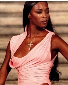 A tearful Naomi Campbell at Donna Sotto Le Stelle, Atelier Versace, Tribute to the life of Gianni Versace, Fall 1997 Monica Bellucci, Brad Pitt, Angelina Jolie, Naomi Campbell 90s, Runway Fashion, High Fashion, Gianni Versace, Atelier Versace, Black Models