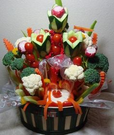 great veggie display for a gathering Veggie Platters, Veggie Tray, Party Platters, Vegetable Trays, Party Trays, Cute Food, Good Food, Veggie Display, Vegetable Bouquet
