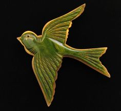 VINTAGE CARVED MARBLEIZED GREEN BAKELITE SWALLOW BIRD BROOCH
