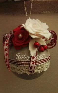 #palledinatale #pallenatale #natale #rossonatale Christmas Globes, Rustic Christmas Ornaments, Christmas Tree Baubles, Christmas Items, Christmas Crafts, Christmas Decorations, Fabric Ornaments, Homemade Christmas, Craft Fairs