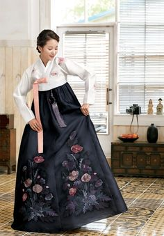 Pretty lady in National costume of Korea - the hanbok. Korean Traditional Dress, Traditional Fashion, Traditional Dresses, Korea Fashion, Asian Fashion, Oriental Dress, Oriental Clothes, Korea Dress, Modern Hanbok