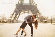 Portrait photo session of Claire and Jason Anderson around the Champ de Mars and the Eiffel Tower by Paris wedding and portrait photographer Stacy Reeves for travel planning blog L'Amour de Paris