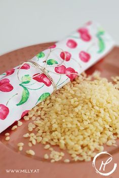 Tired of using so much plastic in your life? Start with making your own bee's wax cloths to reduce some plastic use in your kitchen. They replace cellophane or alufoil, are naturally antibacterial and will have you convinced in no time! Make Your Own, Make It Yourself, How To Make, Easy Healthy Recipes, Easy Meals, Food Chemistry, Tasty, Yummy Food, Fusion Food