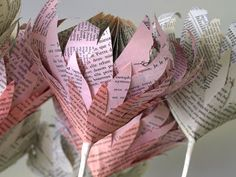 book page flowers diy Folded Book Art, Book Folding, Giant Paper Flowers, Diy Flowers, Fabric Flowers, Paper Art, Paper Crafts, Paper Book, Book Page Flowers