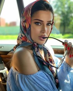 Photography Poses, Fashion Photography, Head Scarf Tying, Head Scarf Styles, Scarf Hairstyles, Mode Vintage, Celebrity Look, Mode Inspiration, Classy Outfits