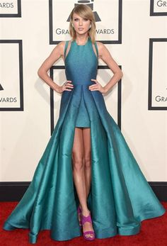 Los mejores y los peores looks de los Grammy 2015  Taylor Swift optó por un vestido Elie Saab asimétrico con cut outs en los hombros, teñido en verde y azul en degradé; ¡muy original! Foto:AFP