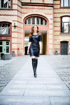 Fashion Blog Frankfurt - Lederkleid mit transparentem Einsatz und Leder-Overknee-Stiefel - Fashion Lookbook - Modebloggerin in Lederoutfit - Herbst-/Winterlook - OOTD - FW15/16