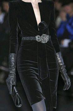 Giorgio Armani at Milan Fashion Week Fall 2009 : Giorgio Armani Fall 2009 - Details Velvet Fashion, Dark Fashion, High Fashion, Couture Fashion, Runway Fashion, Womens Fashion, Milan Fashion, Couture Style, Rock Dress
